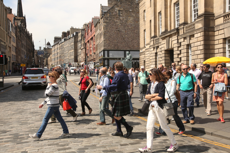 A kilted guide guides his group across the Royal Mile, Edinburgh © STGA